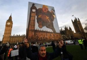 Βρετανία: Χιλιάδες κόσμου διαδήλωσαν έξω από το κοινοβούλιο ενάντια σε επίσκεψη Τραμπ