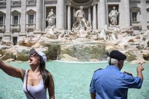 Ιταλία: Ποινές στους τουρίστες που δεν σέβονται τη Φοντάνα ντι Τρέβι
